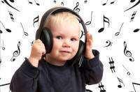 28-copil-2-3_danseaza_cand_aude_muzica